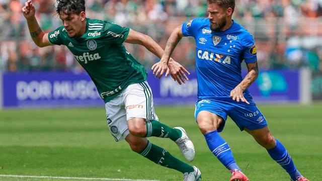 Sóbis tenta roubar a bola de Gómez no segundo tempo