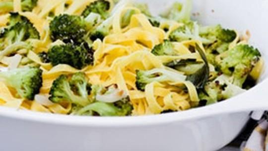 Veja a receita prática de talharim ao alho e óleo com brócolis e parmesão