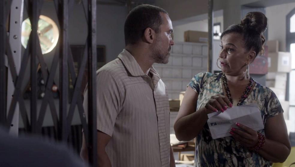 Coronela pega o exame falso com Florêncio — Foto: Globo