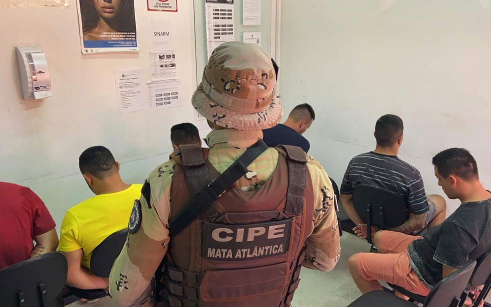 Seis são presos suspeitos de assaltar banco na Bahia e tentarem embarcar com dinheiro em aeroporto do sul do estado — Foto: Divulgação/SSP-BA