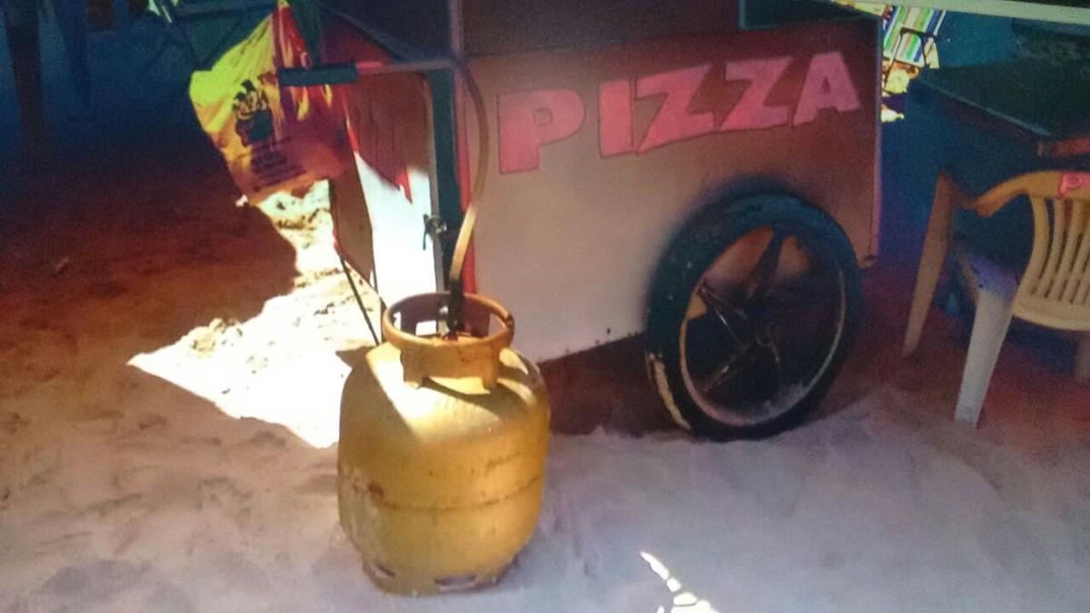 Carrinho de pizza pega fogo na Praia do Peró, em Cabo Frio, no RJ
