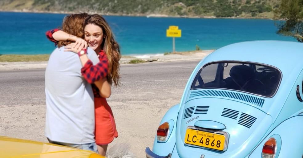 Manuzita (Isabelle-Drummond) e João (RafelVitti) se reencontraram por acaso, na novela Verão 90 — Foto: TV Globo