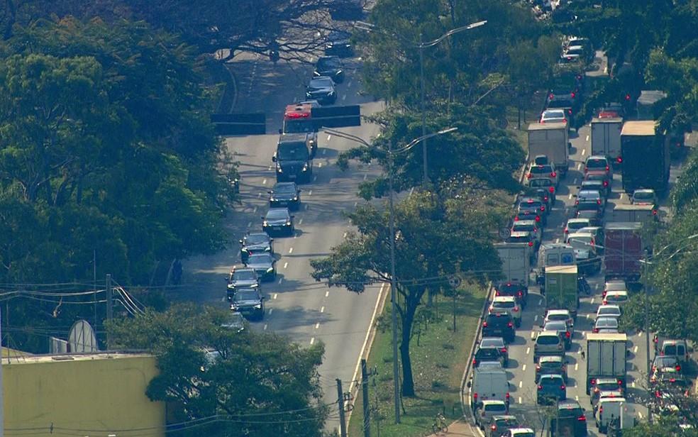 Comitiva presidencial segue para o Aeroporto de Congonhas na tarde desta segunda-feira (16), na Zona Sul de São Paulo — Foto: Reprodução/TV Globo