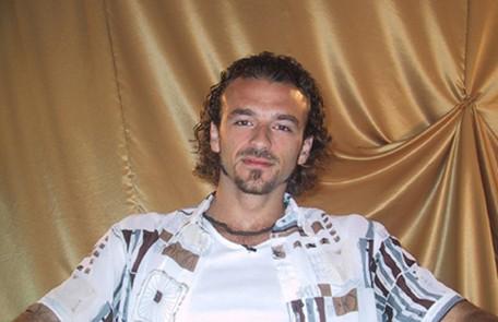Estrangeiro em situação irregular no Brasil, o cabeleireiro Sérgio - da primeira edição - quase teve que sair da casa para deixar o país TV Globo