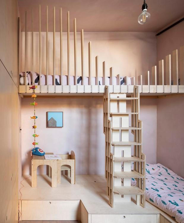 O quarto das meninas é composto basicamente por uma beliche, que contempla também a área de brincar (Foto: Ståle Eriksen/Reprodução)