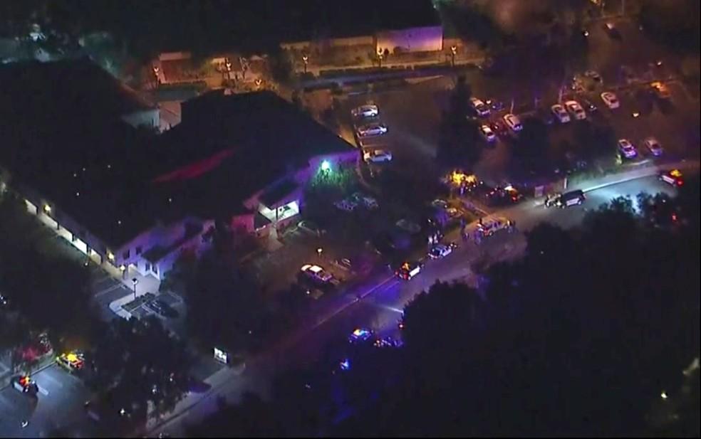 Imagem aérea mostra a mobilização da polícia perto de um bar onde ocorreu um tiroteio em Thousand Oaks, na Califórnia  — Foto: KABC via AP