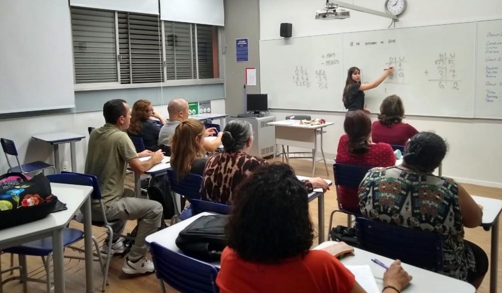 Desde 2004, o Projeto Aprender do Colégio Pueri Domus treina alunos do ensino médio para darem aulas de alfabetização ao ensino médio para jovens e adultos — Foto: Divulgação/Colégio Pueri Domus