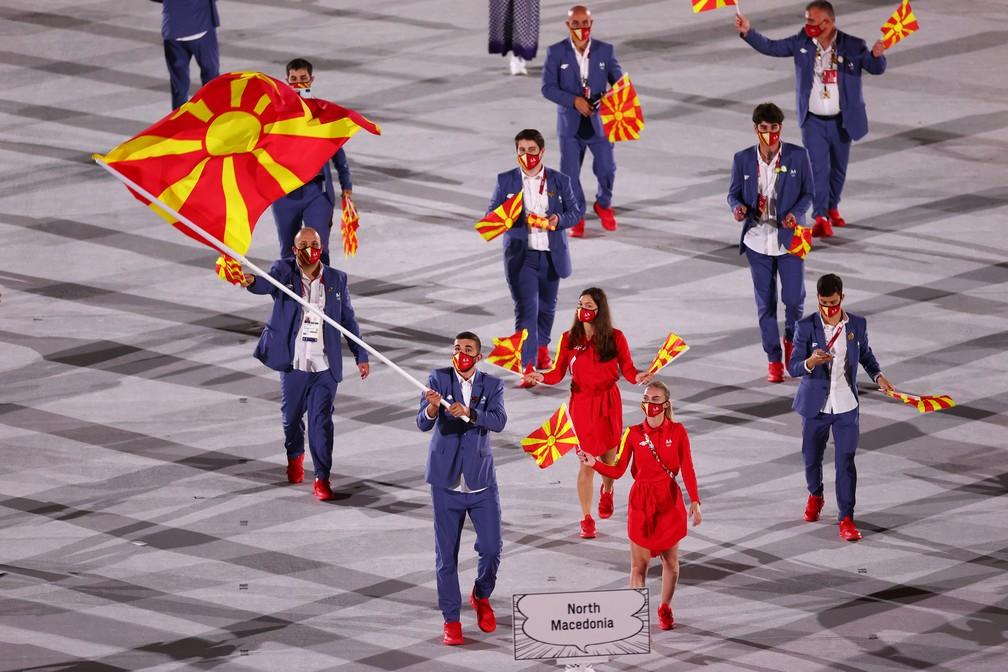 Arbresha Rexhepi e Dejan Georgievski carregam a bandeira da Macedônia do Norte durante a cerimônia de abertura dos Jogos Olímpicos de Tóquio, no Japão — Foto: Mike Blake/Reuters
