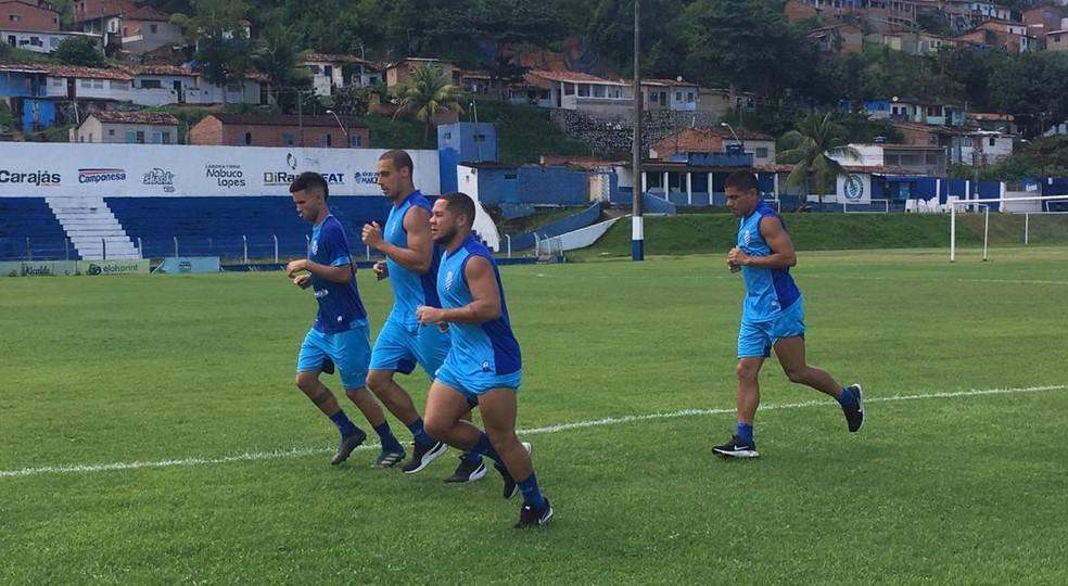 Celsinho, Madson e Gamarra deram voltas no gramado  — Foto: Lucas Mendes/GloboEsporte.com