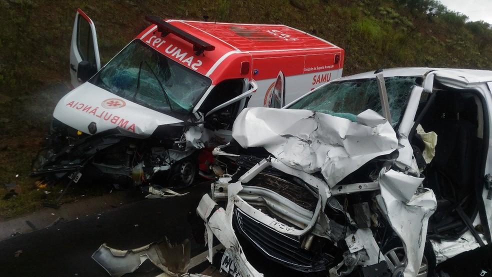 Ambulância e carro de passeio bateram de frente na SC-114 em São Joaquim (Foto: Wagner Urbano/OnJack)