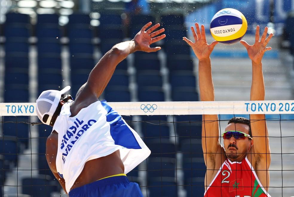 Evandro ataca para marcar mais um ponto contra o Marrocos — Foto: Reuters/Pilar Olivares