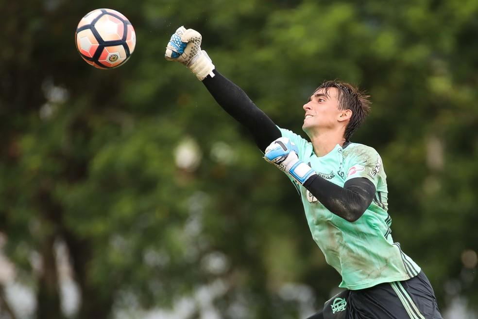 César treinou sem limitações nesta segunda-feira, no Ninho do Urubu (Foto: Gilvan de Souza/Flamengo)