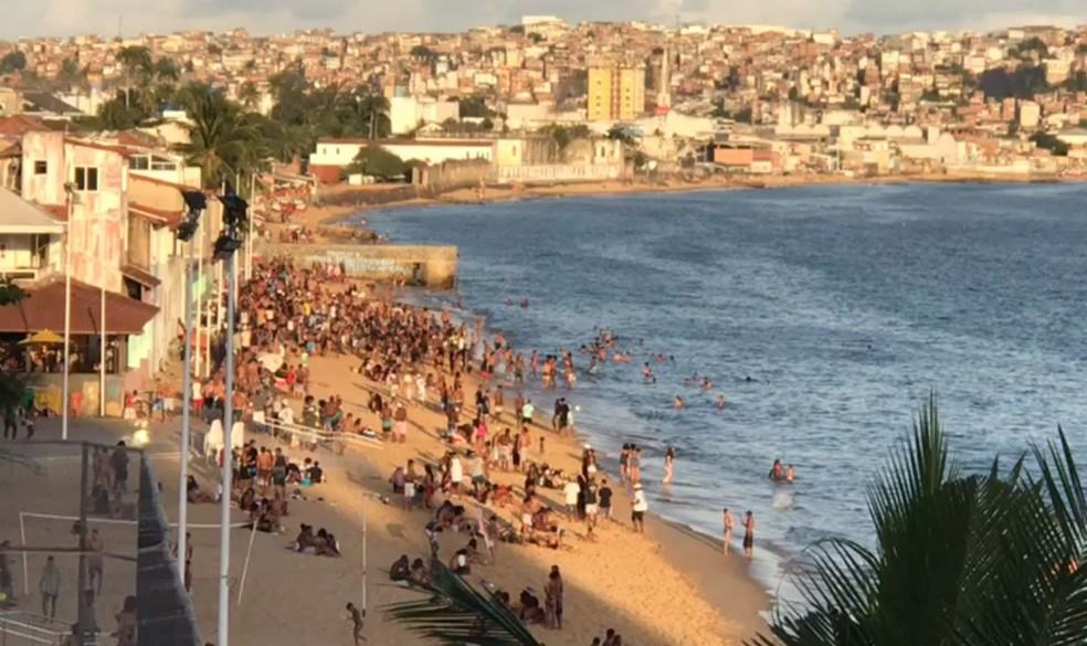 Moradores registram aglomeração em praias e restaurantes da Cidade Baixa, em Salvador. Na foto: Praia da Boa Viagem — Foto: Almir Santos/TV Bahia