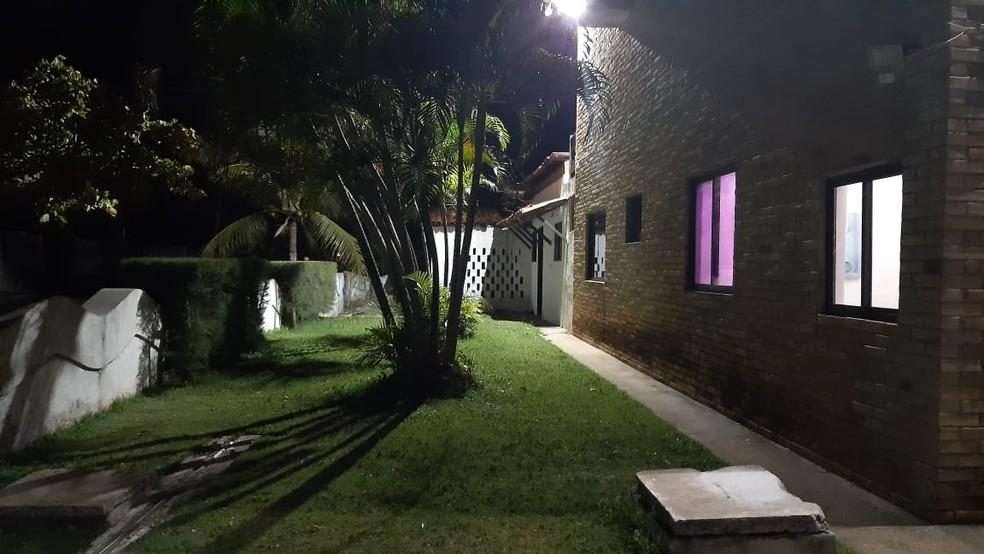 Condomínio onde bombeiro foi raptado em ação de criminosos na noite desta segunda (27), no litoral norte do RN — Foto: Sérgio Henrique Santos
