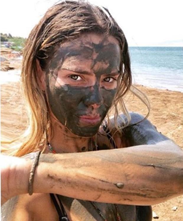 Carolina Dieckmann toma banho de lama no Mar Morto (Foto: Reprodução/Instagram)