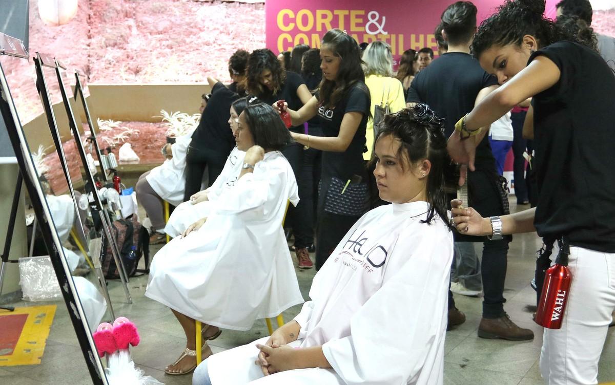 Corte de cabelo de graça no DF incentiva doação para mulheres em quimioterapia