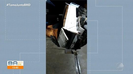 Caçamba é parcialmente 'engolida' por buraco após parar em posto da BA para abastecer; VÍDEO