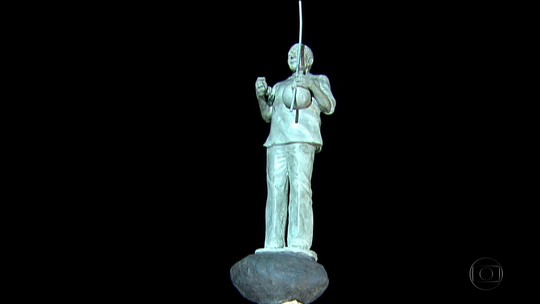 Estátua em homenagem a Naná Vasconcelos é inaugurada no Marco Zero, no Recife