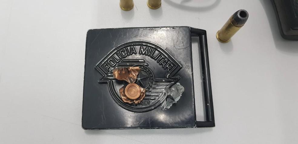 Projétil disparado por criminoso atingiu a fivela de metal do cindo do policial durante troca de tiros em Bertioga, SP. (Foto: Divulgação/Polícia Militar)