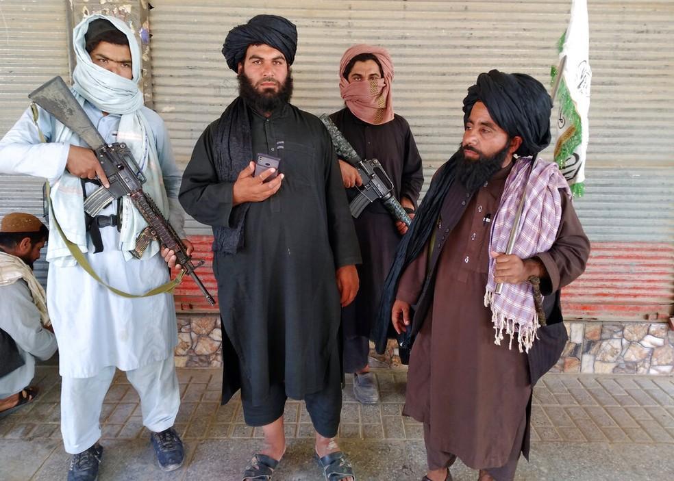 Talibãs em Farah, uma capital de província do Afeganistão, em 11 de agosto de 2021 — Foto: Mohammad Asif Khan/AP