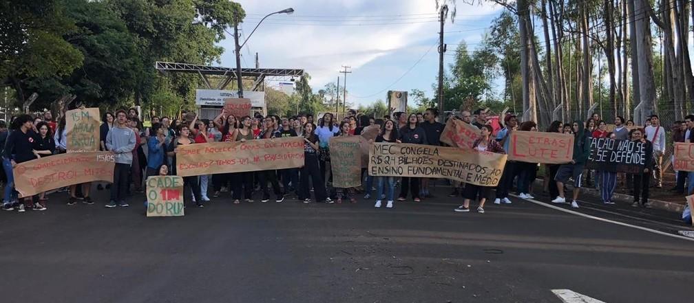 Araraquara - cidade tem atos contra os cortes na educação nesta quarta — Foto: ACidadeON/Araraquara