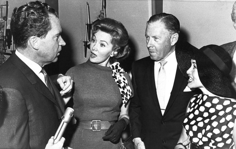 Em foto de 1962, o então candidato republicano ao governo da Califórnia, Richard Nixon, conversa com Rhonda Fleming — Foto: AP/Arquivo