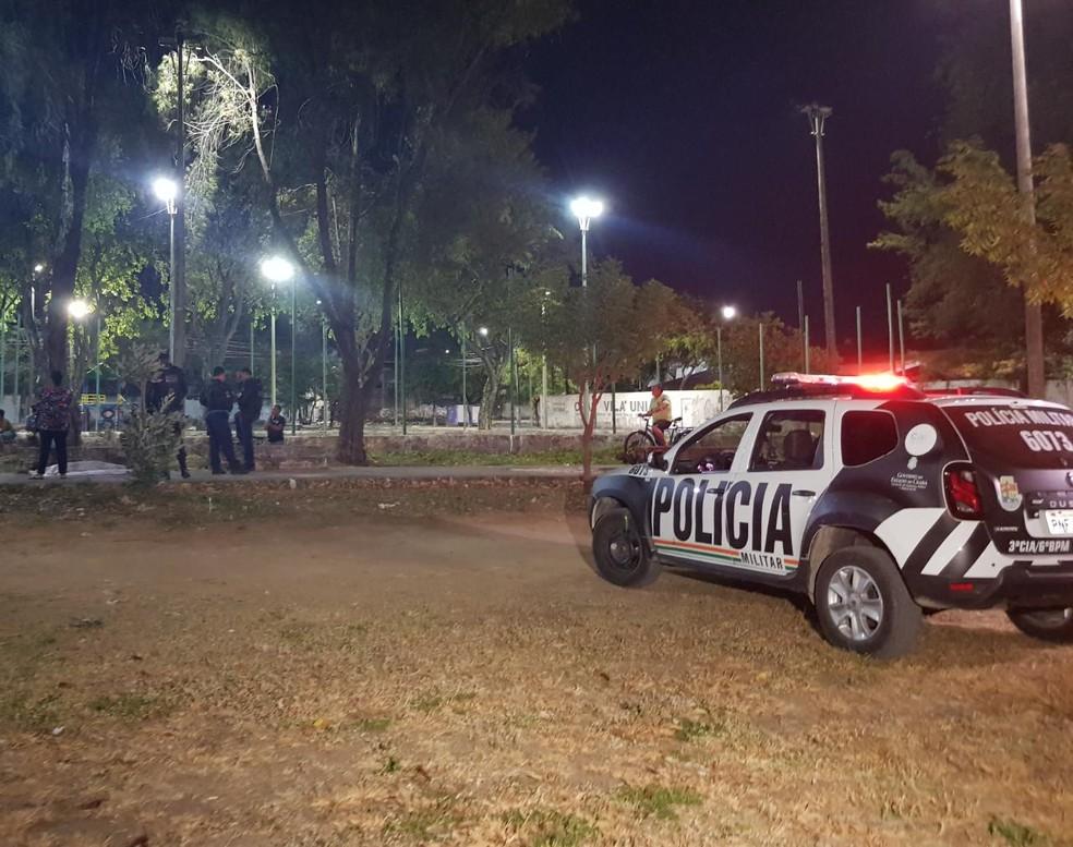 Jovem foi morto com cerca de três disparos no Bairro Vila União. — Foto: Rafaela Duarte/Sistema Verdes Mares