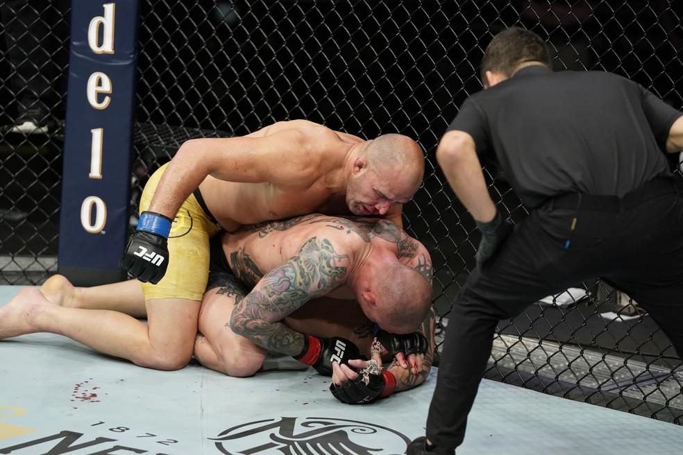 Anthony Smith passou boa parte da luta apenas se defendendo dos golpes de Glover Teixeira — Foto: Cooper Neill/Zuffa LLC via Getty Images