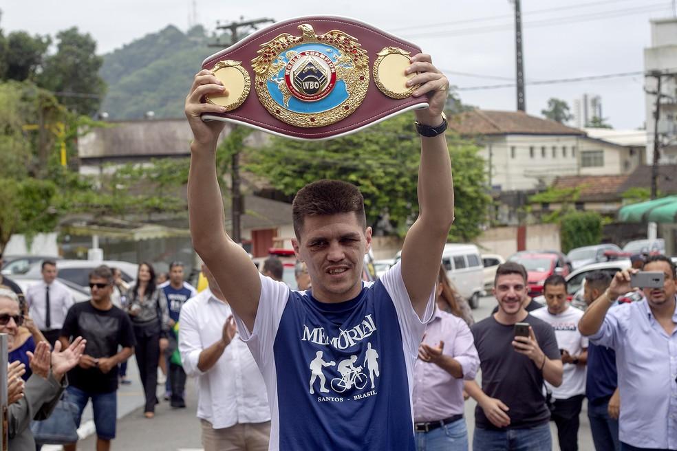 Patrick Teixeira mostra o cinturão em Santos — Foto: Divulgação/Patrick Teixeira