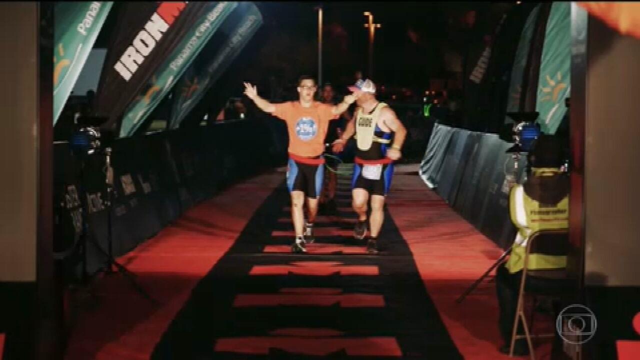 Americano se torna primeiro atleta com síndrome de down a completar um ironman