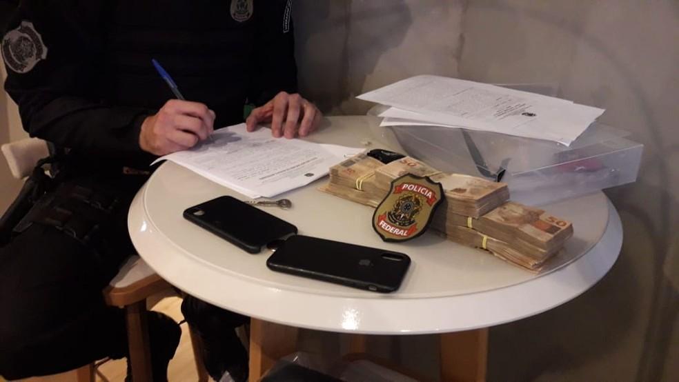 Dinheiro e objetos apreendidos durante a segunda fase da operação Vagatomia — Foto: Divulgação/Polícia Federal