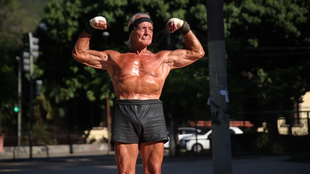 Robert exibe seus músculos — Foto: Jorge Soares/G1