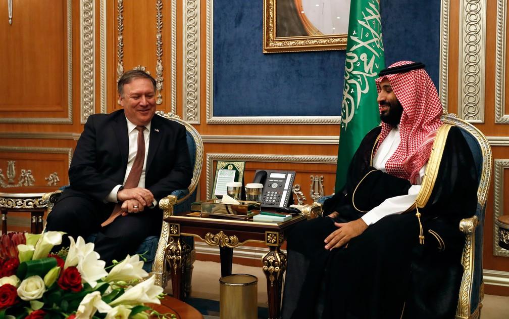O secretário de Estado dos EUA, Mike Pompeo, durante encontro com o príncipe herdeiro Mohamed bin Salman, em Riad, na Arábia Saudita, na terça-feira (16) — Foto: Leah Millis/Pool/AFP