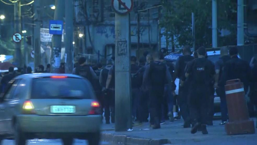 Policiais caminham em direção a comunidade do Jacarezinho, na Zona Norte do Rio (Foto: Reprodução/ TV Globo)