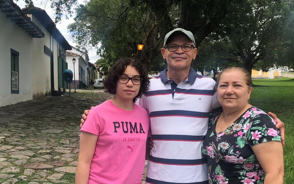 Família que viajou para a cidade de Goiás, mas não entrou hotel para acompanhar a Procissão do Fogaréu — Foto: Paula Resende/G1