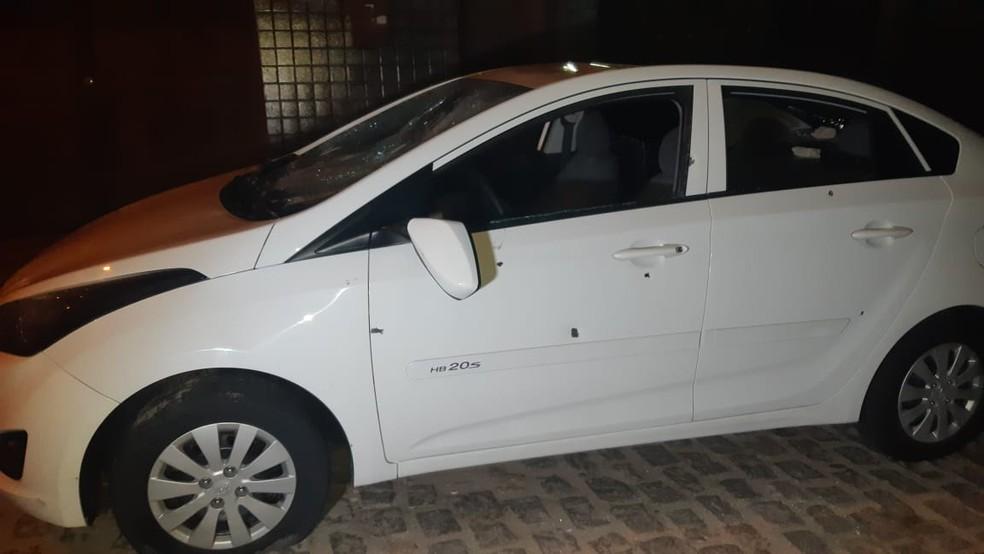 Carro que estava estacionado em frente a uma casa, no centro de Macaíba, ficou com várias marcas de tiro nas portas. Retrovisor e vidros foram quebrados — Foto: Sérgio Henrique Santos/Inter TV Cabugi