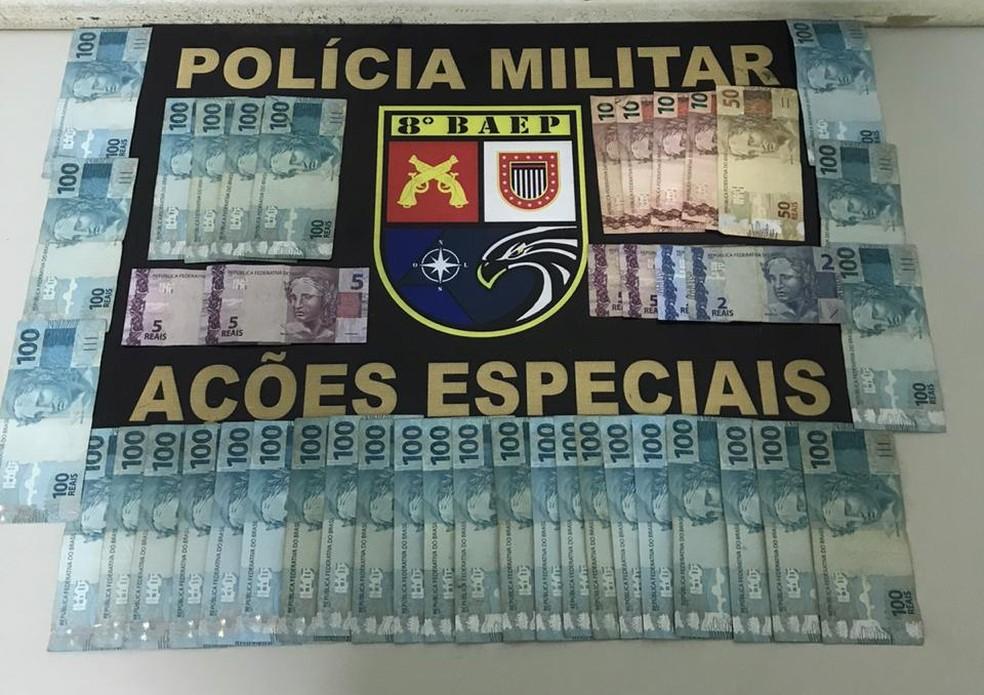 Mais de R$ 3 mil em dinheiro foram localizados com o motorista do caminhão — Foto: Polícia Militar