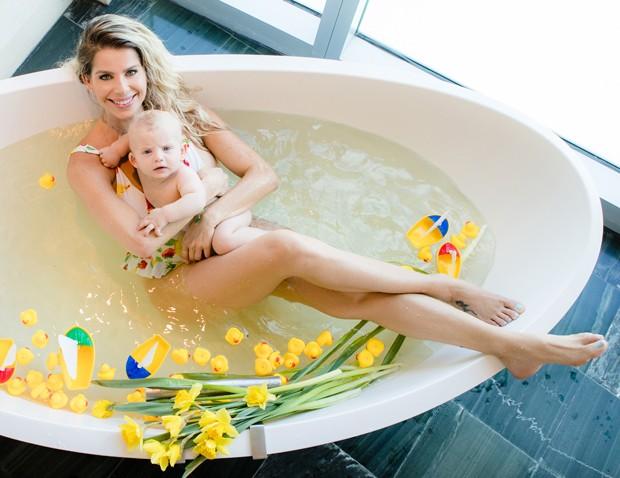 Karina Bacchi fez um ensaio numa banheira de leite com o filho Enrico (Foto: Leo Mayrinck)
