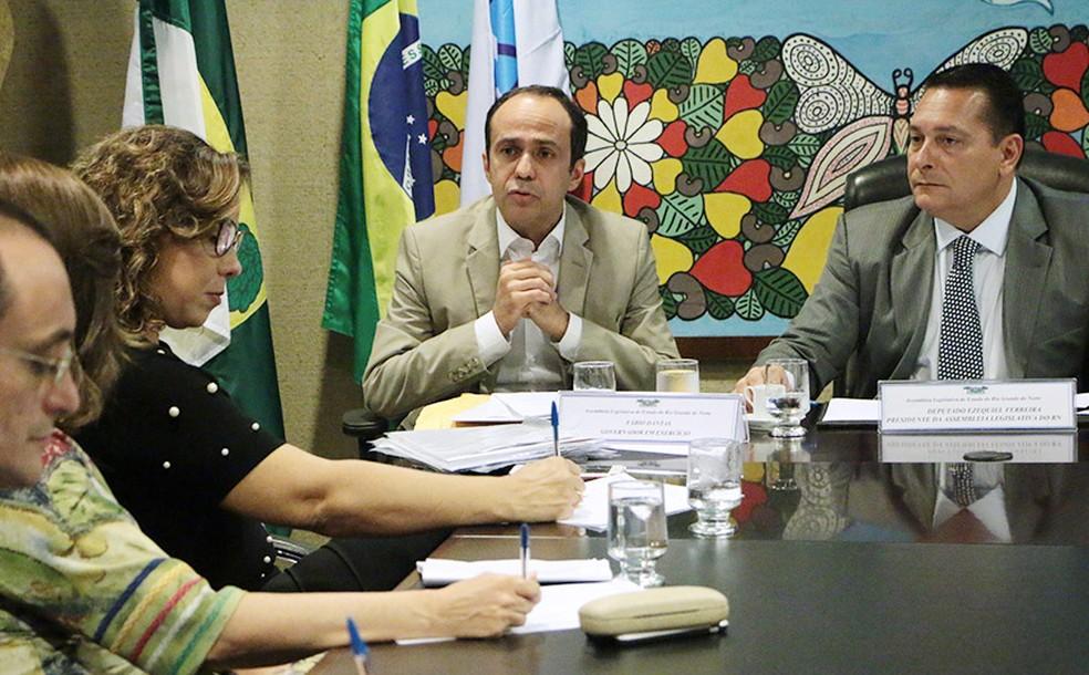 Governador em exercício, Fábio Dantas (ao centro) durante entrega de projetos de leis a deputados (Foto: Divulgação/ Assecom RN)