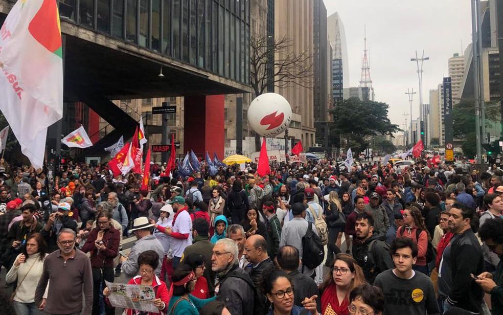 SÃO PAULO, 16h00 - Manifestantes fecham pistas da Avenida Paulista no sentido Consolação — Foto: Patricia Figueiredo/G1