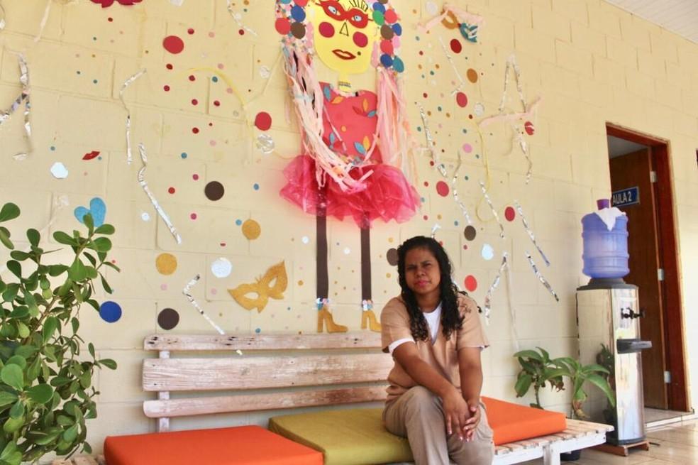 Edlayna faz as unhas e conta que não sai da cela sem maquiagem — Foto: Marília Moraes/G1