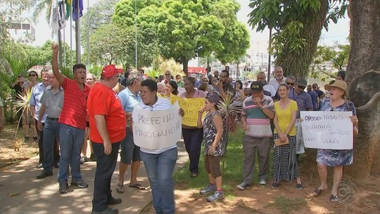 Funcionários públicos aposentados protestam contra cancelamento de vale-alimentação em Votorantim