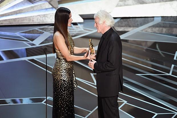 Sandra Bullock entrega prêmio a  Roger A. Deakins (Foto: Getty Images)