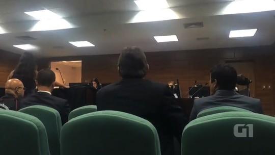 Desembargador ameaça deixar audiência por causa da roupa de advogada; vídeo