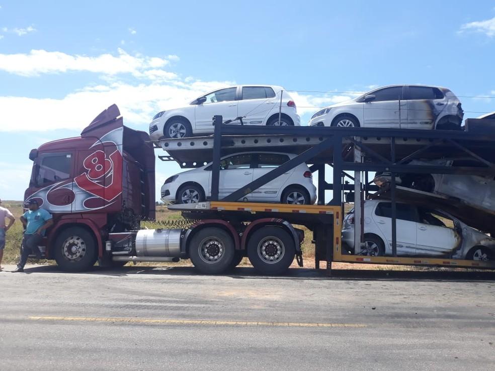 Apenas dois dos carros que estavam no caminhão não pegaram fogo — Foto: BPRv