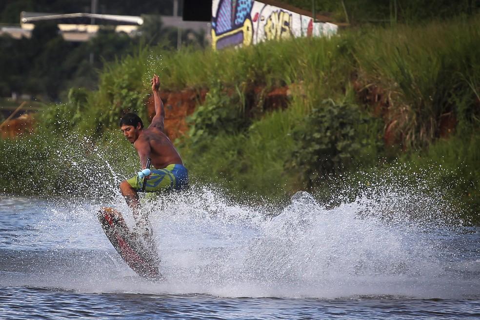 Atleta de wakeskate aproveita o Lago Paranoá para treinar manobras (Foto: Andre Borges/Agência Brasília)