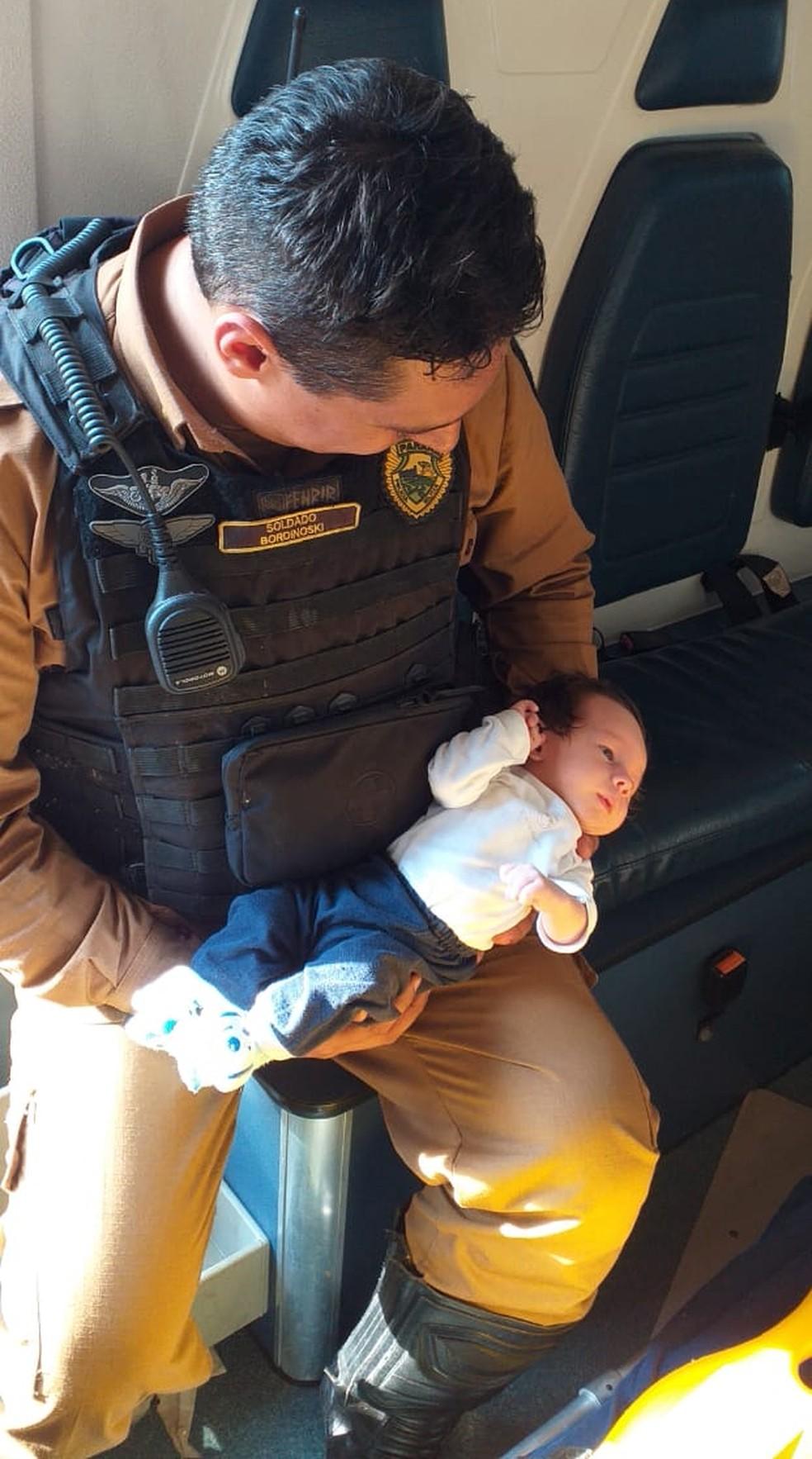 Bebê de um mês é salvo por policiais militares em Ibiporã — Foto: PM/Divulgação