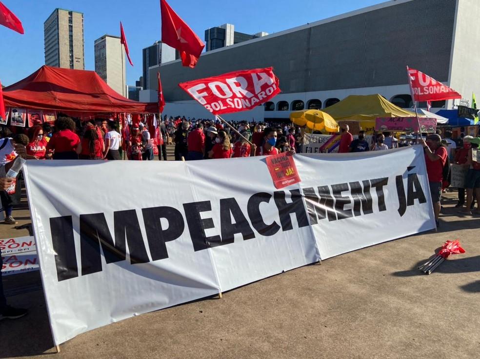 Manifestantes protestam a favor do impeachment do presidente Jair Bolsonaro em Brasília, neste sábado (3) — Foto: TV Globo/Reprodução
