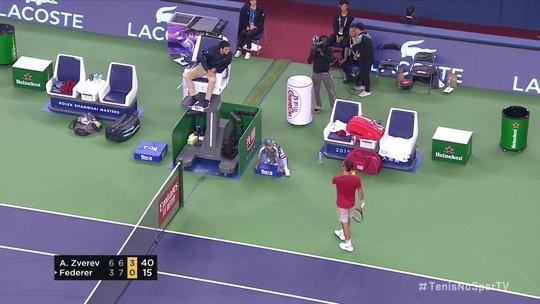 Federer é punido por conduta antidesportiva, perde ponto e discute com o juiz de cadeira