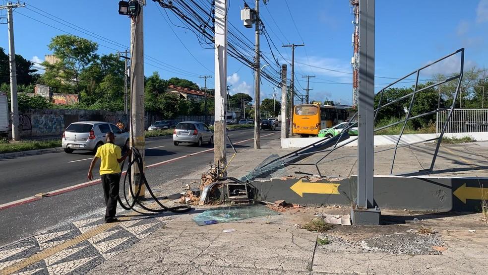 Ônibus bate em estrutura no bairro de Itapuã — Foto: Victor Silveira/TV Bahia